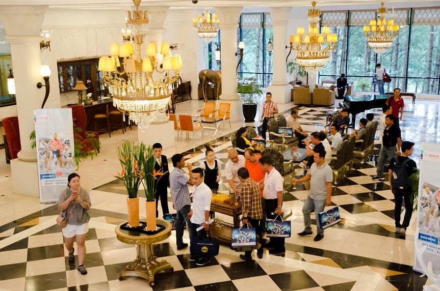 Khách hàng BOSCH chờ làm thủ tục nhận phòng tại sảnh Lobby